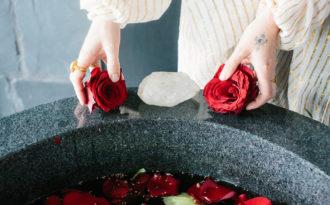 Bật mí 10 cách dùng nước hoa hồng đánh thức làn da tươi trẻ